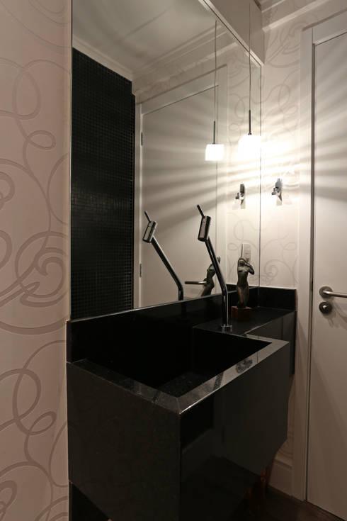 APARTAMENTO AV IGUAÇU: Banheiros modernos por DIARNA GUS ESCRITORIO DE ARQUITETURA