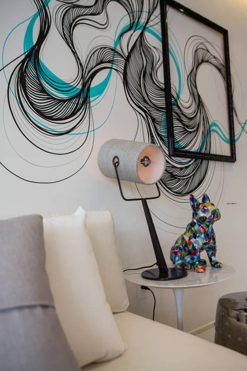 ONNI_Eugênio de Medeiros: Sala de estar  por Chris Silveira & Arquitetos Associados