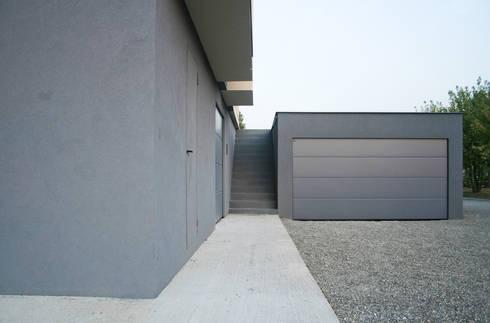 HDBV – housedouble quattro castella: Garage/Rimessa in stile in stile Moderno di NAT OFFICE - christian gasparini architect