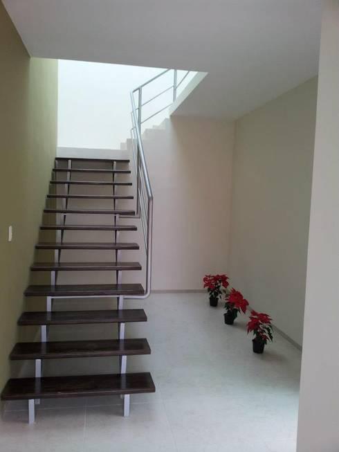 Casa Bernabé: Pasillos y recibidores de estilo  por Constructora e Inmobiliaria Catarsis