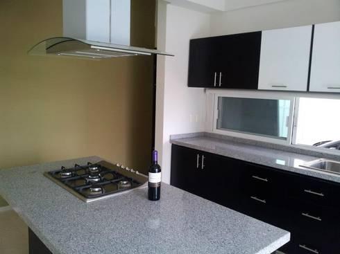 Casa Bernabé: Cocinas de estilo minimalista por Constructora e Inmobiliaria Catarsis