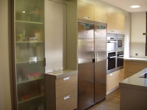 Side by Side: Cocinas de estilo moderno de Nivell Estudi de Cuines, S.L