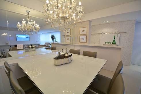 Living Room – Branco Total: Salas de estar modernas por WB ARQUITETURA  - Lisiane Wendel e Simone Bertuzzo