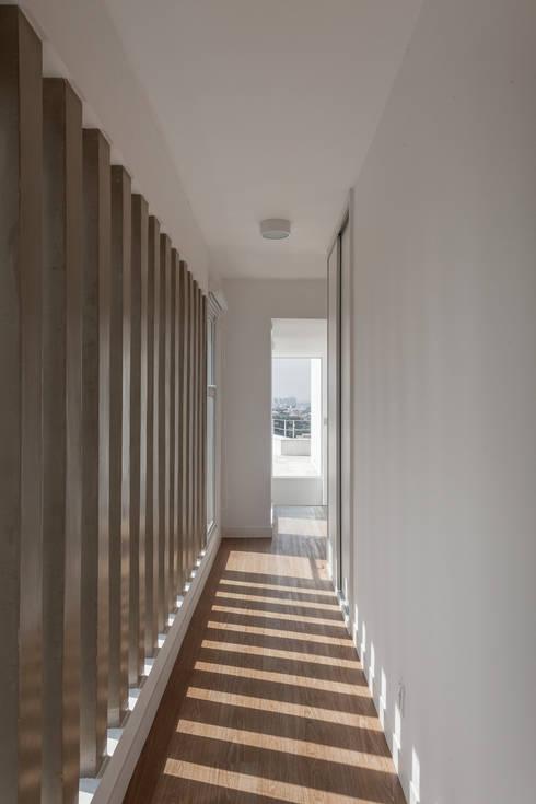 Residência Parque dos Príncipes: Corredores e halls de entrada  por Nautilo Arquitetura & Gerenciamento