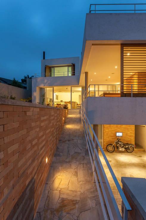 Residência Parque dos Príncipes: Garagens e edículas modernas por Nautilo Arquitetura & Gerenciamento
