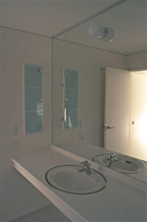 借景を取り込んだ家: 三浦尚人建築設計工房が手掛けた浴室です。