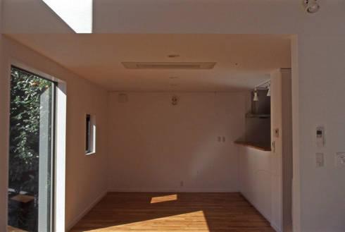 借景を取り込んだ家: 三浦尚人建築設計工房が手掛けたダイニングです。