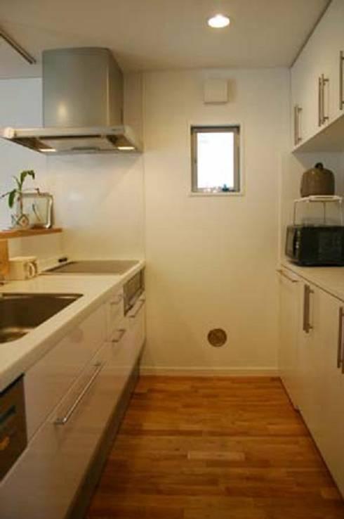 借景を取り込んだ家: 三浦尚人建築設計工房が手掛けたキッチンです。