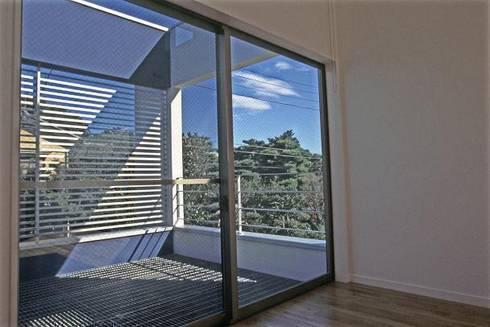 借景を取り込んだ家: 三浦尚人建築設計工房が手掛けたベランダです。