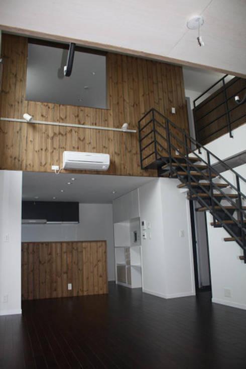 木造三階建て二世帯住宅: 三浦尚人建築設計工房が手掛けたダイニングです。