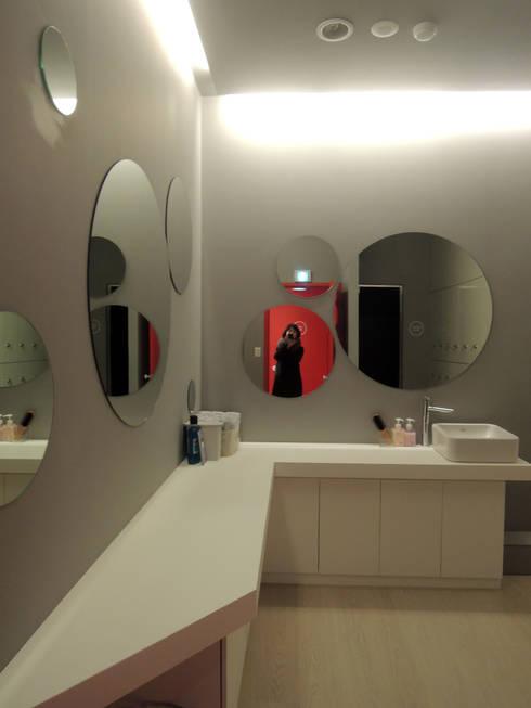 House in House _필라테스 스튜디오: 지오아키텍처의  욕실