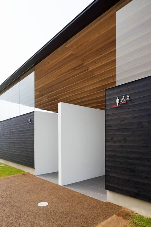 入り口: bUd アトリエ一級建築士事務所が手掛けた商業空間です。