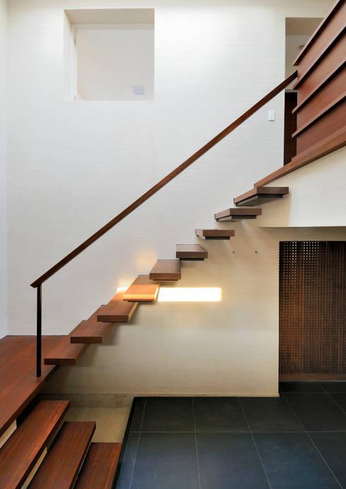 用賀の住宅: 井上洋介建築研究所が手掛けた廊下 & 玄関です。