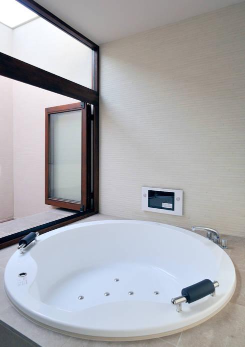 用賀の住宅: 井上洋介建築研究所が手掛けた浴室です。