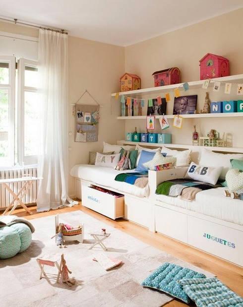 Ideas útiles para amueblar una habitación infantil compartida: Dormitorios de estilo escandinavo de MRN