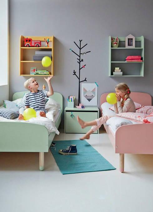 Ideas útiles para amueblar una habitación infantil compartida: Dormitorios de estilo moderno de MRN