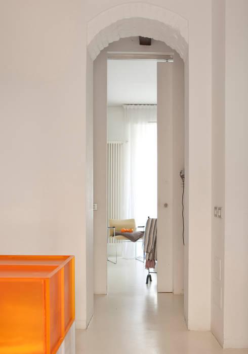 casa PT: Ingresso & Corridoio in stile  di davide petronici | architettura