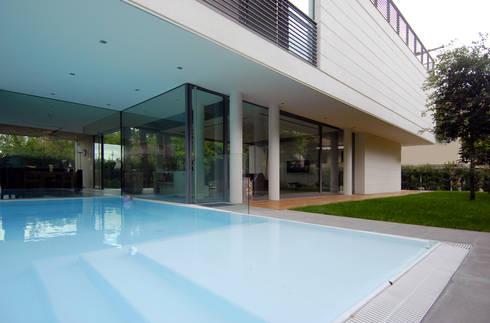 HSBC – housescape reggio emilia: Piscina in stile in stile Moderno di NAT OFFICE - christian gasparini architect