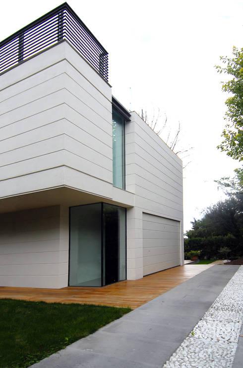 HSBC – housescape reggio emilia: Garage/Rimessa in stile in stile Moderno di NAT OFFICE - christian gasparini architect