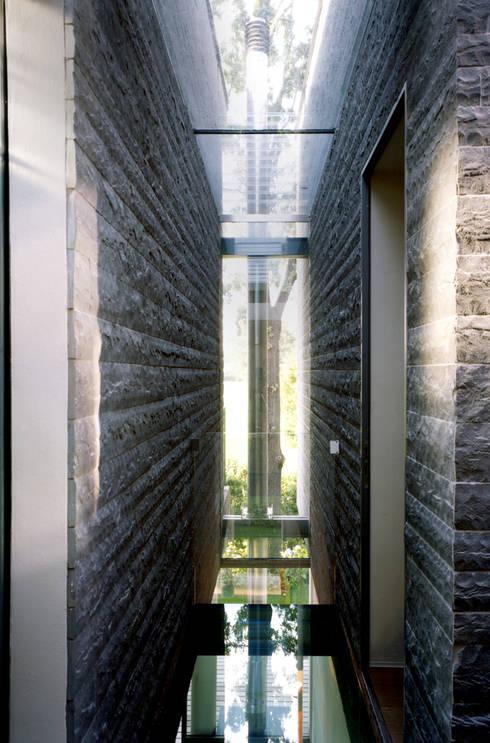 HSBC – housescape reggio emilia: Ingresso & Corridoio in stile  di NAT OFFICE - christian gasparini architect