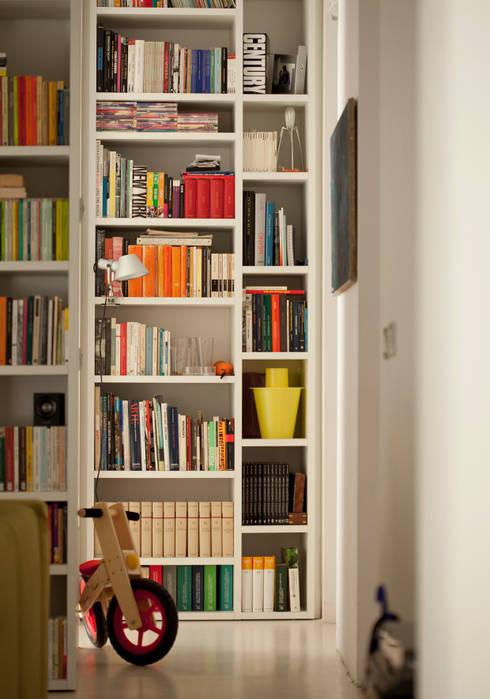 casa PT: Soggiorno in stile in stile Moderno di davide petronici | architettura