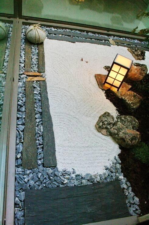 Jardin Zen Moderno: Jardines de invierno de estilo asiático de Jardines Japoneses -- Estudio de Paisajismo