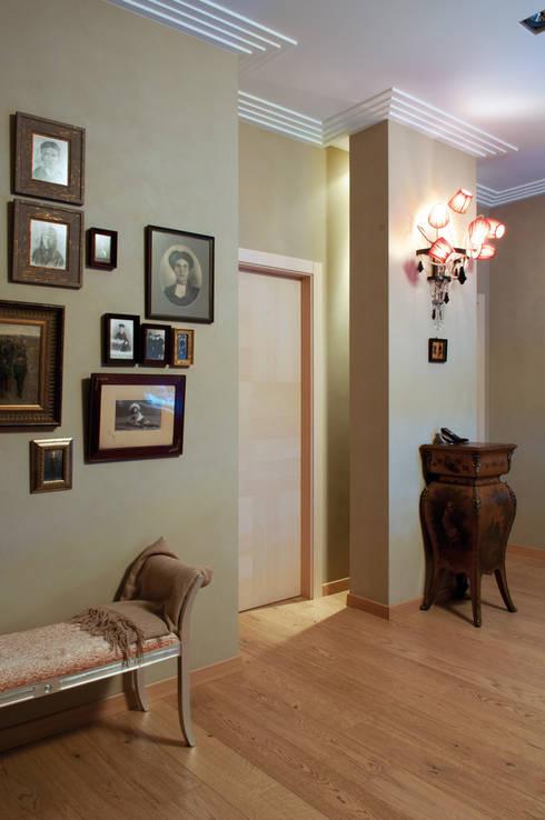 колонна с подсветкой в холле и стена с фотографиями: Коридор и прихожая в . Автор – LDdesign