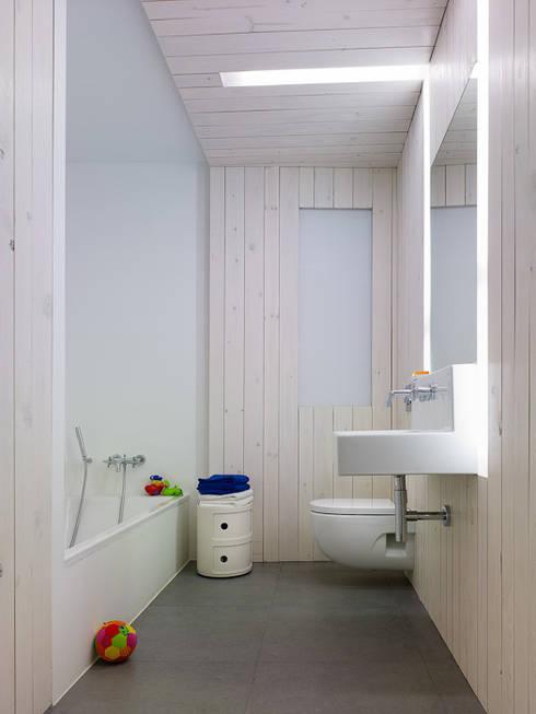 Piso en Vigo: Baños de estilo moderno de Castroferro Arquitectos