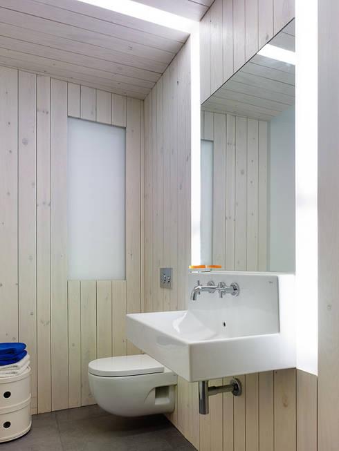 modern Bathroom by Castroferro Arquitectos