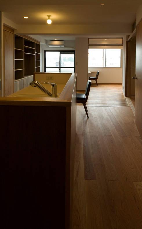 根津・ROOM・T(NEZU・ROOM・T): 吉田裕一建築設計事務所が手掛けたキッチンです。