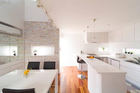 蔵波・HOUSE・T(KURANAMI・HOUSE・T): 吉田裕一建築設計事務所が手掛けたキッチンです。