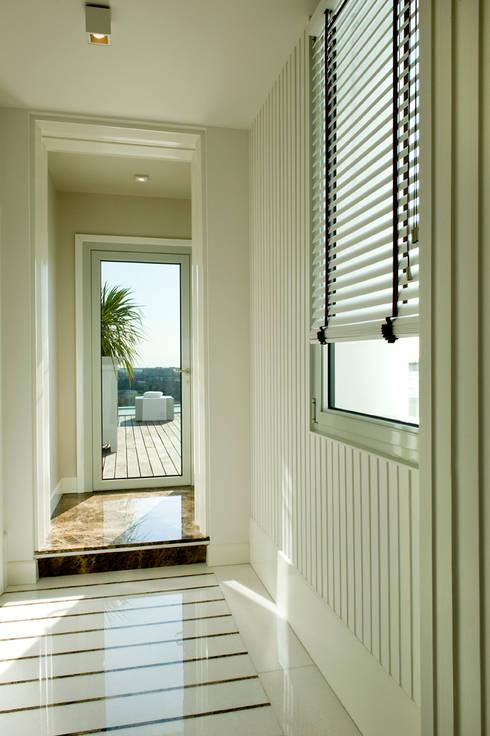 Ingresso: Ingresso, Corridoio & Scale in stile  di Studio Architettura Carlo Ceresoli