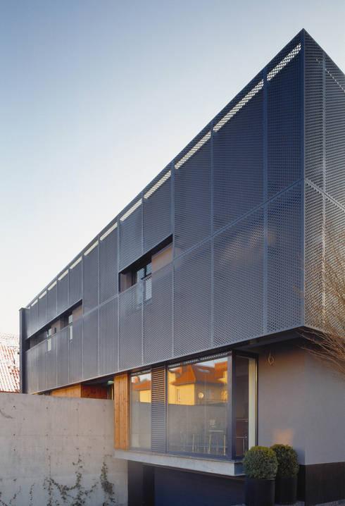 KL elewacja: styl , w kategorii Domy zaprojektowany przez Jednacz Architekci