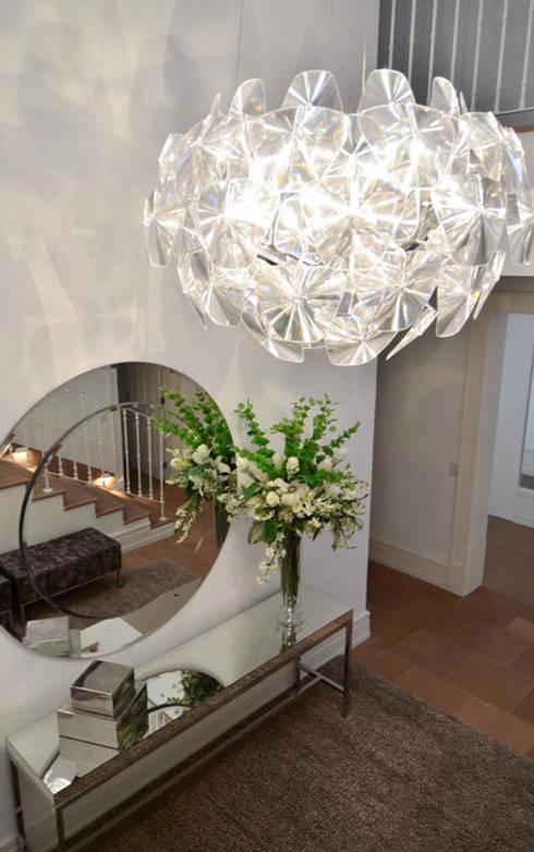 Casa Terra Ville I: Corredores e halls de entrada  por Studio Cinque