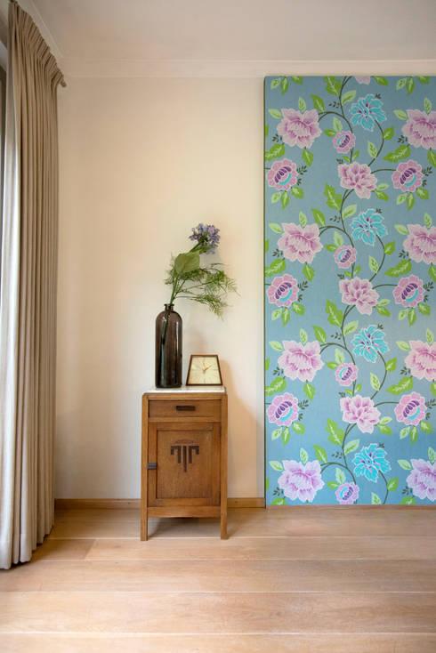 Antiek kastje in combinatie met behang paneel: klasieke Woonkamer door Hemels Wonen interieuradvies en ontwerp