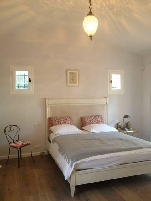 chambre à coucher: Chambre de style  par FLEURY ARCHITECTE