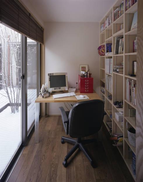 書斎: 矩須雅建築研究所が手掛けた書斎です。