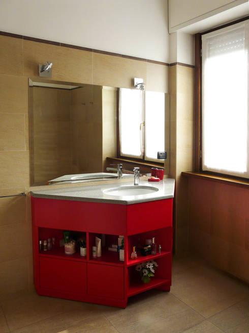 Mobile sotto lavabo : Bagno in stile in stile Moderno di Interni d' Architettura