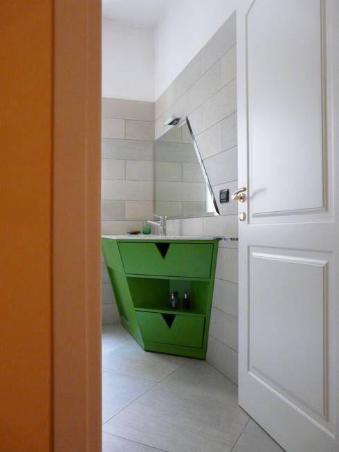 Mobile sotto lavabo: Bagno in stile in stile Moderno di Interni d' Architettura