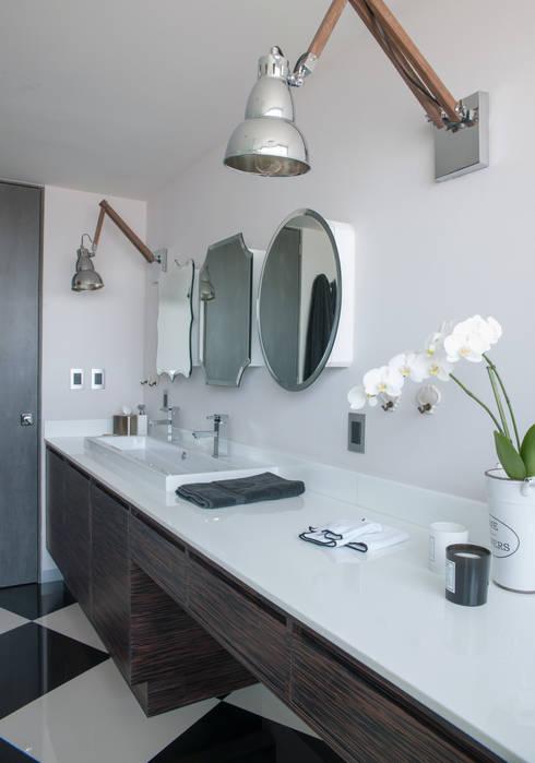 Baños de estilo  por kababie arquitectos
