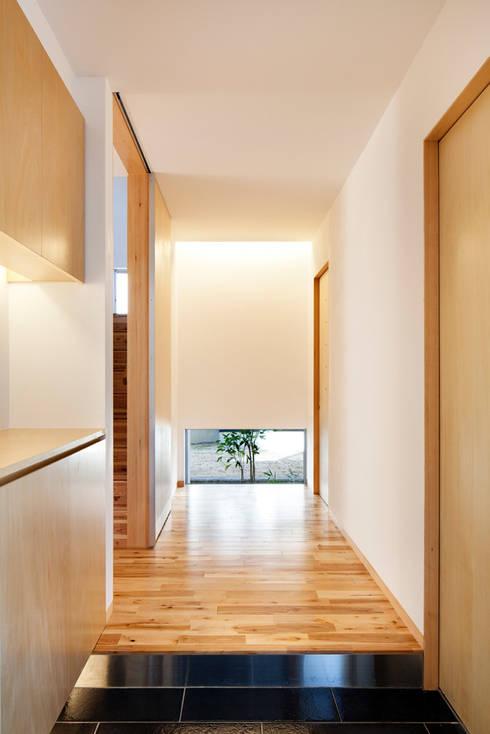たつの の家: 株式会社ギミックが手掛けた廊下 & 玄関です。
