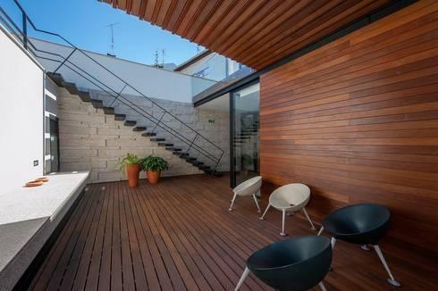 Reabilitação de Edifício Sede Social dos Amigos da Montanha: Casas minimalistas por Risco Singular - Arquitectura Lda
