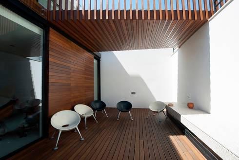 Reabilitação de Edifício Sede Social dos Amigos da Montanha: Casas modernas por Risco Singular - Arquitectura Lda