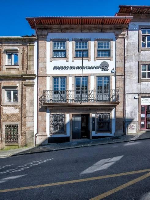 Reabilitação de Edifício Sede Social dos Amigos da Montanha: Casas rústicas por Risco Singular - Arquitectura Lda