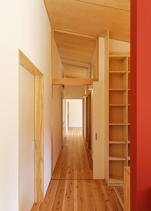 HOUSE M: 株式会社 長野総合建築事務所が手掛けた廊下 & 玄関です。