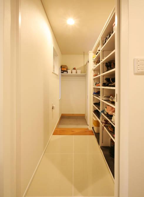 シューズクローク(家族用の玄関): 吉田設計+アトリエアジュールが手掛けた窓です。