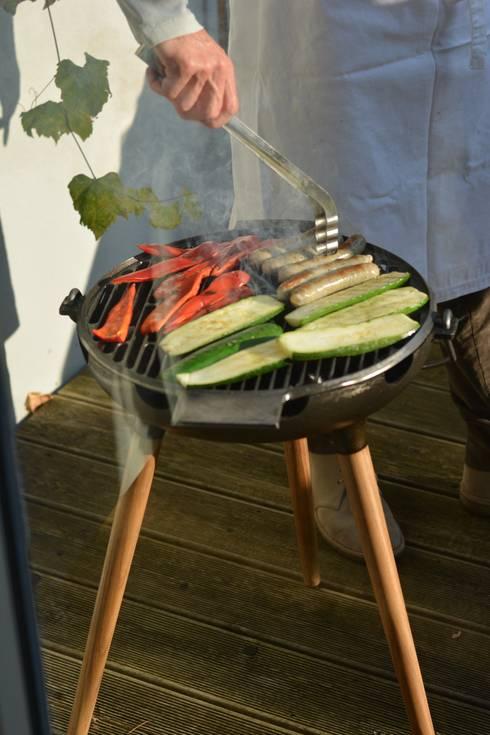 YRON - er BBQ Grill für deinen Garten, Balkon oder deine Terrasse. Auch als Feuerschale nutzbar. Gusseisen und Eichenholz.:  Garten von fp.formgebung