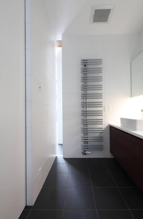 宮の森の家: 株式会社コウド一級建築士事務所が手掛けた浴室です。
