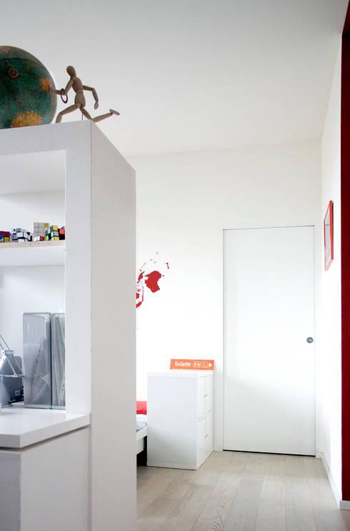 Scrivania ed accesso al servizio igienico: Soggiorno in stile in stile Minimalista di M N A - Matteo Negrin