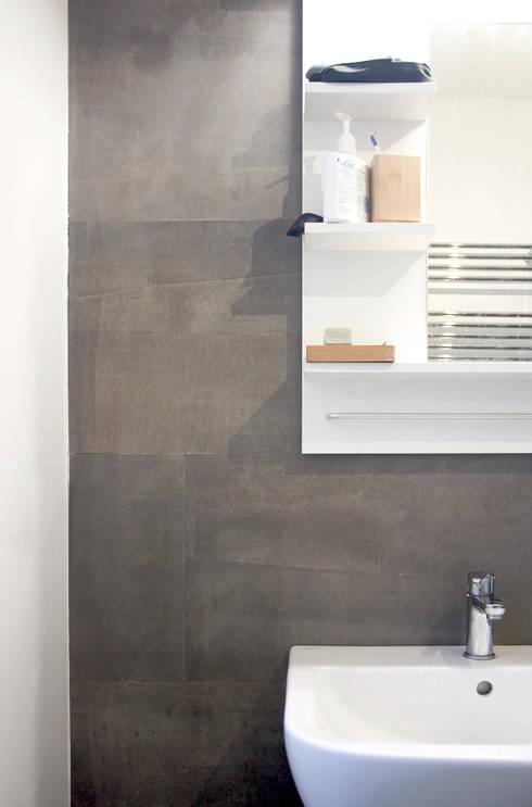 Rivestimento servizio igienico: Bagno in stile in stile Minimalista di M N A - Matteo Negrin
